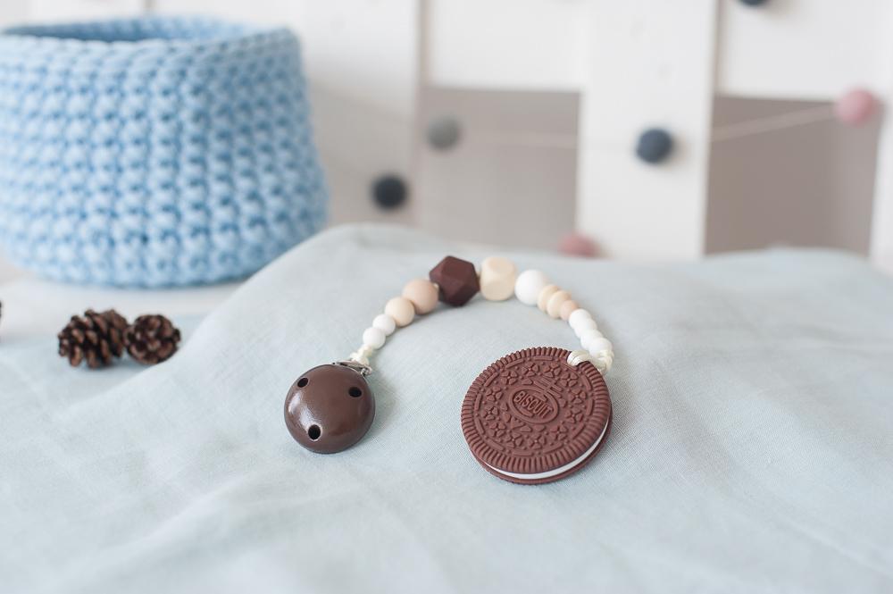 Čiulptuko laikiklis BRIKIS su kramtuku sausainiu vaikams nuo 3 mėn. (rudas)