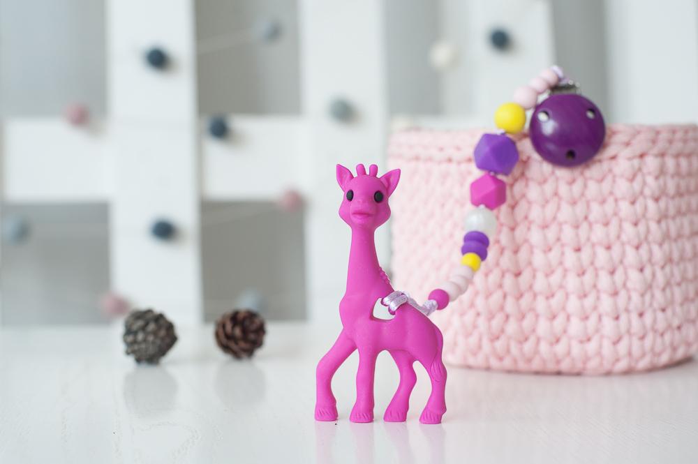 Čiulptuko laikiklis BRIKIS su kramtuku žirafa vaikams nuo 3 mėn. (ryški rožinė)