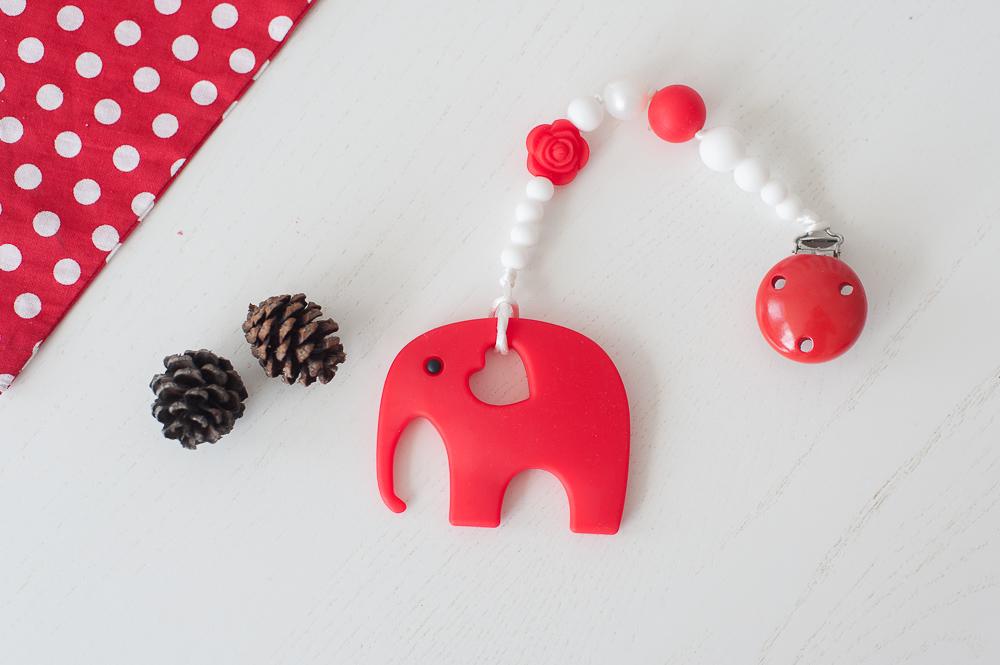 Čiulptuko laikiklis BRIKIS su kramtuku drambliuku vaikams nuo 3 mėn. (raudonas)