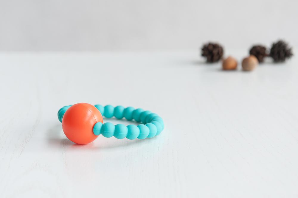Turkio spalvos silikoninis kramtukas – barškutis BRIKIS kūdikiams nuo 3 mėn.